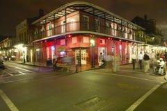 Uteliv med ljus på bourbongatan i den franska fjärdedelen New Orleans, Louisiana Royaltyfri Bild