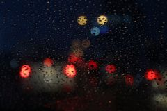 Utelivbakgrundsbokeh och regndroppe på glass suddig bokeh som tänder färgrik kondensation royaltyfria bilder