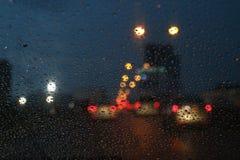 Utelivbakgrundsbokeh och regndroppe på glass suddig bokeh som tänder färgrik kondensation royaltyfri bild