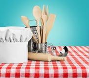 Utensílio da cozinha com cozinheiro Hat isolado sobre imagens de stock