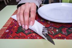 Utensílio da terra arrendada da mulher no restaurante fotografia de stock royalty free