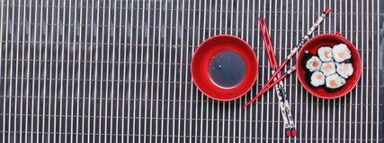 Utensílio para o alimento do leste, os chopsticks e os dois pratos Imagem de Stock Royalty Free