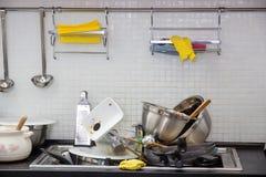 Utensílio sujo na cozinha fotografia de stock royalty free