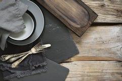 Utensílios cinzentos da cozinha na tabela de madeira afligida áspera Imagem de Stock Royalty Free