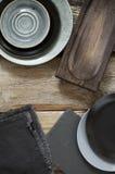 Utensílios cinzentos da cozinha na tabela de madeira afligida áspera Fotos de Stock Royalty Free