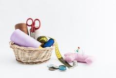 Utensílios da costura, tesouras, linha, botões isolados no CCB branco Fotografia de Stock Royalty Free