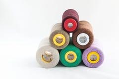 Utensílios da costura, tesouras, linha, botões isolados no CCB branco Imagens de Stock Royalty Free
