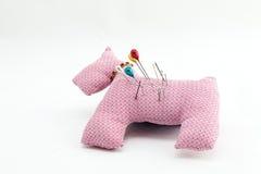 Utensílios da costura, tesouras, linha, botões isolados no CCB branco Fotos de Stock