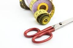 Utensílios da costura, tesouras, linha, botões isolados no CCB branco Fotografia de Stock