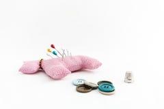 Utensílios da costura, tesouras, linha, botões no CCB branco Foto de Stock Royalty Free