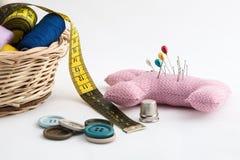 Utensílios da costura, tesouras, linha, botões no CCB branco Imagens de Stock Royalty Free