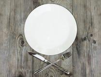 Utensílios da cozinha com a cutelaria de prata no fundo de madeira rústico Fotos de Stock Royalty Free