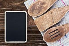Utensílios da cozinha e um quadro-negro para escrever uma receita fotos de stock royalty free