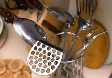 Utensílios da cozinha na cozinha em casa, espumadeira, uma colher Foto de Stock