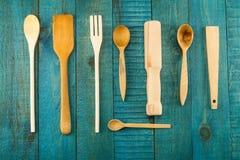 Utensílios da cozinha no fundo de madeira, almofariz, espátula da cozinha, pino do rolo Imagem de Stock