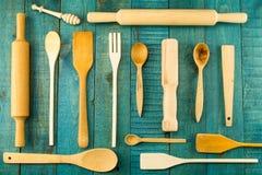 Utensílios da cozinha no fundo de madeira colher, almofariz, espátula da cozinha Fotos de Stock Royalty Free