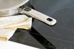 Utensílios da cozinha, potenciômetros e hobs da indução. imagem de stock royalty free