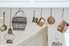 Utensílios da cozinha que penduram na casa Imagens de Stock Royalty Free