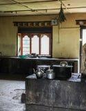 Utensílios de cobre estanhados da cozinha em uma cozinha vazia de uma construção em Butão Fotos de Stock Royalty Free