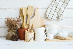 Utensílios de cozimento da cozinha em uma prateleira fotos de stock
