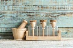 Utensílios de cozimento da cozinha no armazenamento no fundo de madeira imagens de stock royalty free