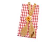 Utensílios de cozimento de madeira com o pano checkered vermelho isolado no branco Fotografia de Stock Royalty Free