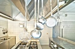 Utensílios de cozimento em uma cozinha Foto de Stock Royalty Free