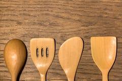 Utensílios de madeira da cozinha ajustados no fundo de madeira da textura foto de stock royalty free