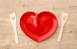 Utensílios de madeira da cozinha e toalha de mesa vermelha Ferramentas engraçadas Foto de Stock Royalty Free