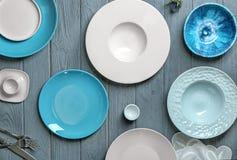 Utensílios de mesa cerâmicos no fundo Foto de Stock