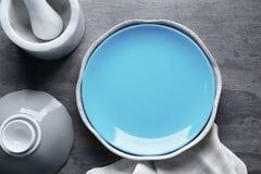 Utensílios de mesa cerâmicos no fundo Fotos de Stock