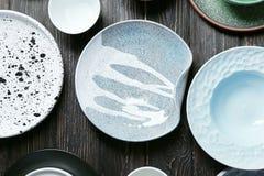 Utensílios de mesa cerâmicos no fundo Imagem de Stock