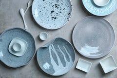 Utensílios de mesa cerâmicos no fundo Imagens de Stock