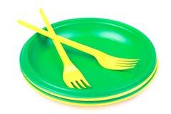 Utensílios de mesa descartáveis plásticos verde-claro e amarelos, placas e Fotografia de Stock Royalty Free