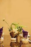 Utensílios de mesa e decorações na tabela Imagens de Stock