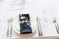 Utensílios de mesa e guardanapo azul Detalhes bonitos do casamento fotos de stock royalty free