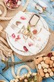 Utensílios de mesa e pratas com flores secas Imagem de Stock