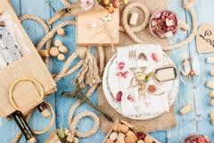 Utensílios de mesa e pratas com flores secas Imagens de Stock