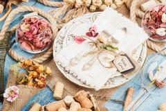 Utensílios de mesa e pratas com flores secas e as decorações diferentes Imagem de Stock Royalty Free