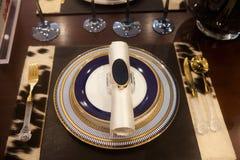 Utensílios de mesa elegantes na tabela Fotos de Stock