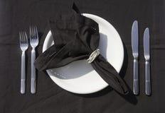 Utensílios de mesa em um restaurante imagens de stock royalty free