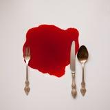 Utensílios de mesa em uma associação de sangue imagens de stock
