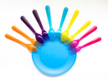Utensílios de mesa plásticos coloridos interessantes em um fundo branco, sobre Fotos de Stock