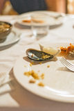 Utensílios de mesa sujos e vazios Fotografia de Stock