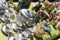 Utensílios de mesa velhos para a venda em agradável, França da porcelana Fotos de Stock