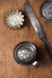 Utensílios do cozimento do vintage - peneira, espátula, latas e moldes Imagens de Stock