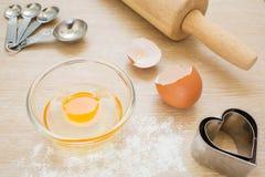 Utensílios do cozimento, ovo na bacia e farinha Fotografia de Stock Royalty Free