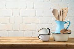 Utens?lios e utens?lios de mesa da cozinha do vintage na tabela de madeira fotografia de stock royalty free