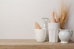 Utensílios e dishware da cozinha fotografia de stock