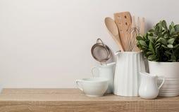 Utensílios e dishware da cozinha fotografia de stock royalty free